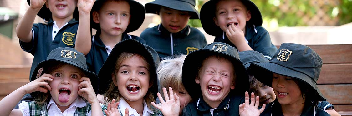 children-school-photo-pulling-faces-1125x373